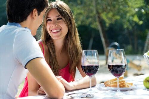 Mulher seduzindo seu parceiro com um sorriso