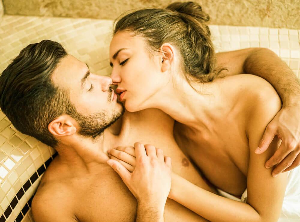 Casal se beijando numa jacuzzi
