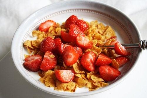 Cereais com frutas para o café da manhã