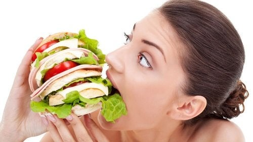 Mulher devorando sanduíche