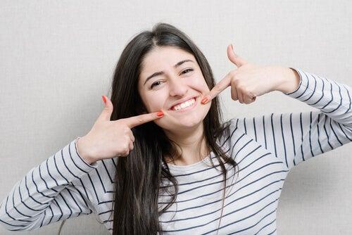 Mulher feliz sem dor de dentes