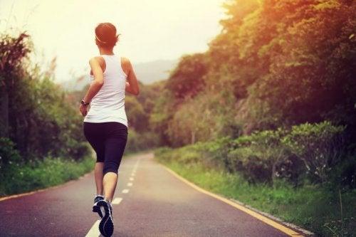 Mulher correndo na estrada