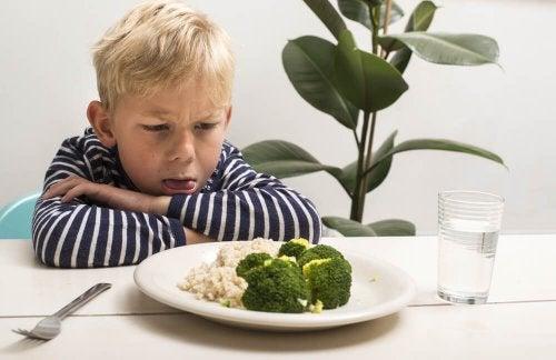 Criança que não quer comer vegetais