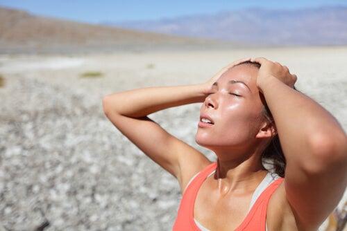 Mulher suando no calor