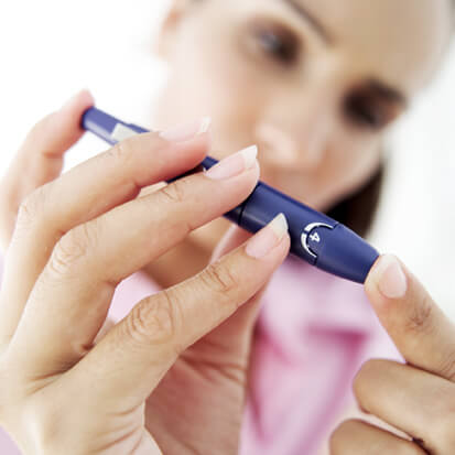 Mulher grávida medindo a diabetes gestacional