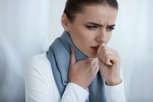 Mulher com dor de garganta que pode usar bicarbonato de sódio