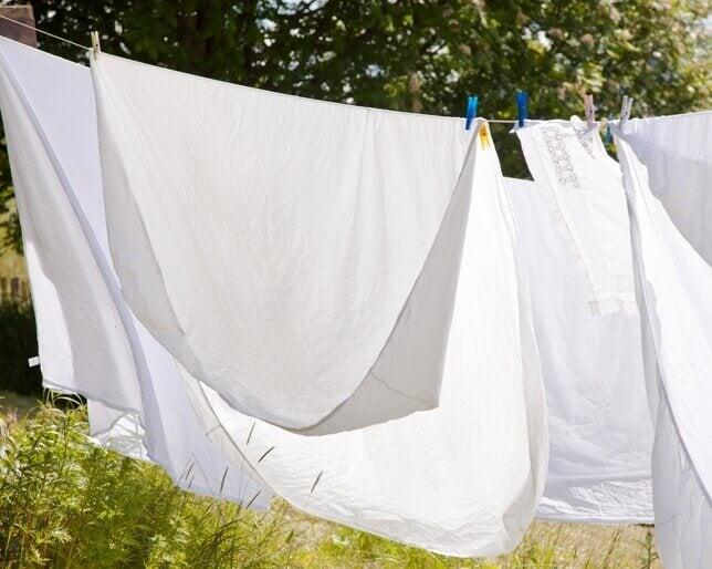 Lençóis brancos secando
