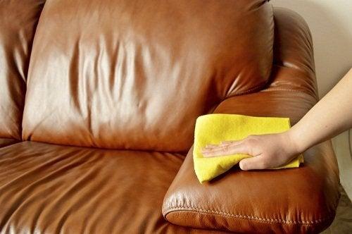 Limpar móveis de couro