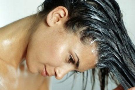Mulher usando máscara de ovo para fazer o cabelo crescer