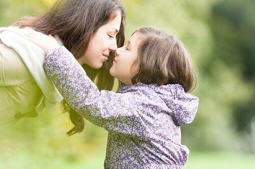 Mãe ajudando filha a controlar as emoções desde pequena