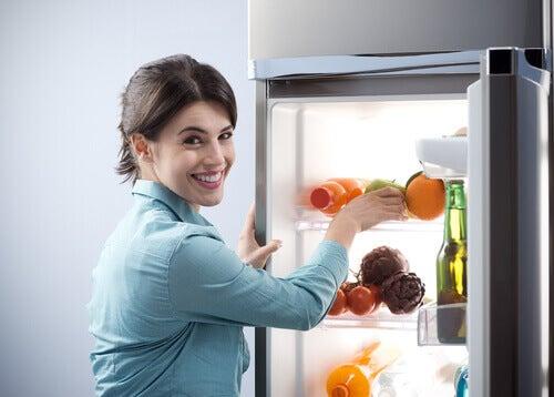 Mulher organizando a geladeira