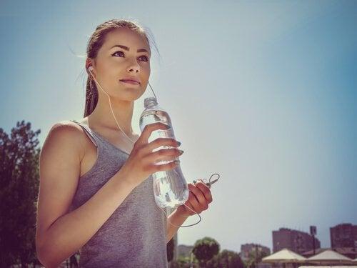 Jovem tomando água