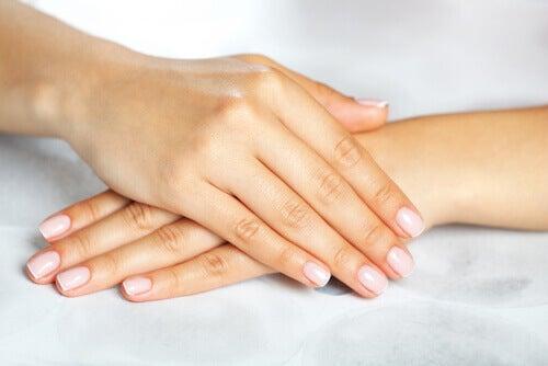 Mãos com evitar unhas frágeis