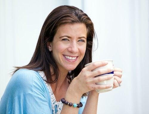 Mulher com metabolismo de 40 anos bebendo café