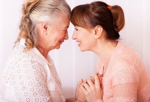Mãe e filha rindo