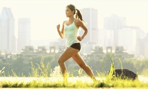 Mulher correndo para adelgaçar e tonificar suas coxas