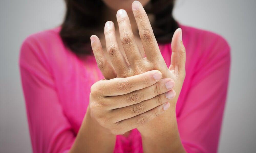 Mulher com má circulação nas mãos