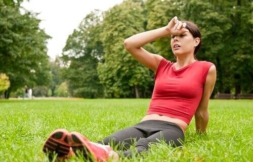 Mulher descansando após atividade física