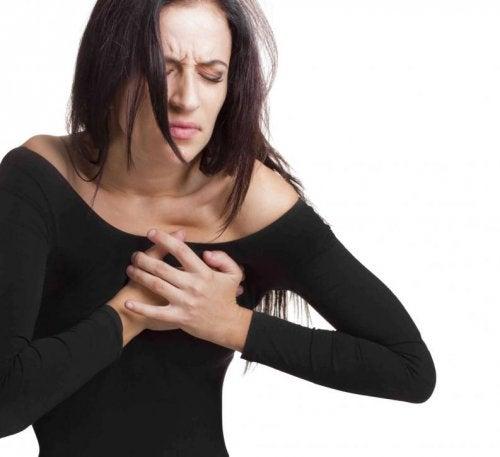 Mulher sentindo pontadas no coração