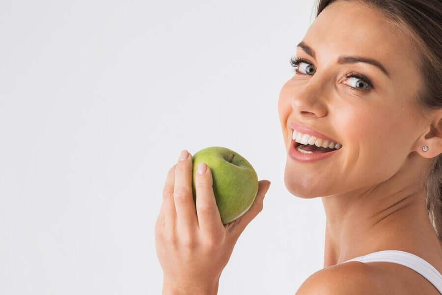 Comer uma maçã verde em jejum