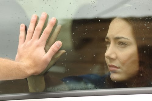 Mulher triste após separação amorosa