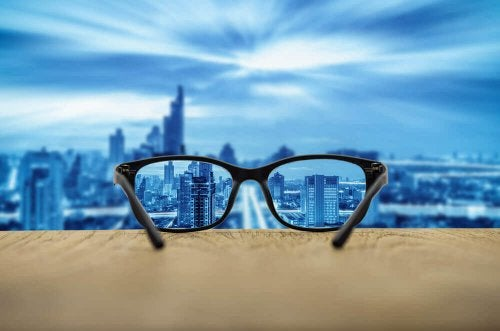 Óculo diante de paisagem urbana