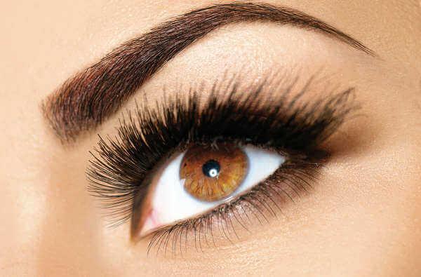 Mulher com o olho maquiado