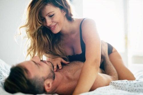 Mulher e homem tendo relação sexual