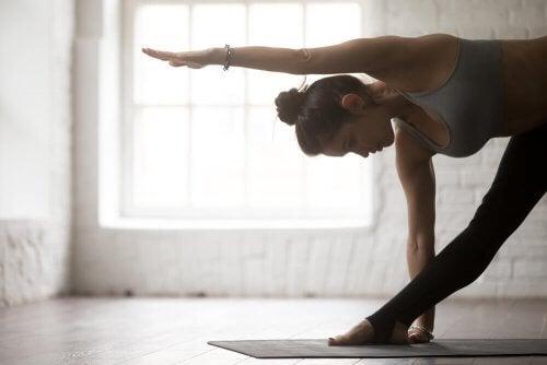 As melhores posturas de yoga para a dor nas costas: posição triangular