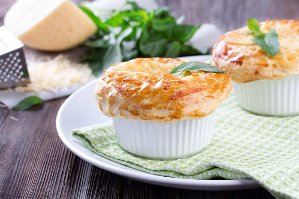 Como preparar pãezinhos de queijo e coco