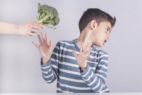 Criança recusando vegetal