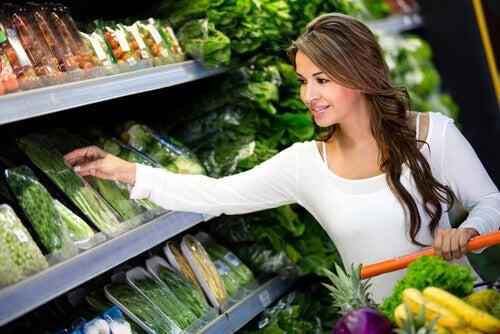 Mulher comprando vegetais
