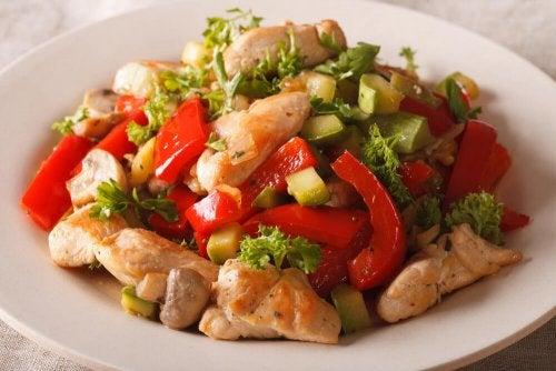 Frango com verduras é uma ideia de jantar rápido