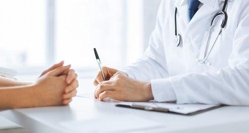 Médico ajudando paciente a combater a celulite
