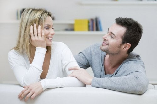 Casal feliz conversando