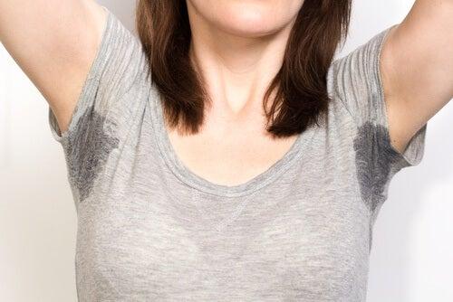 Mulher suando em excesso