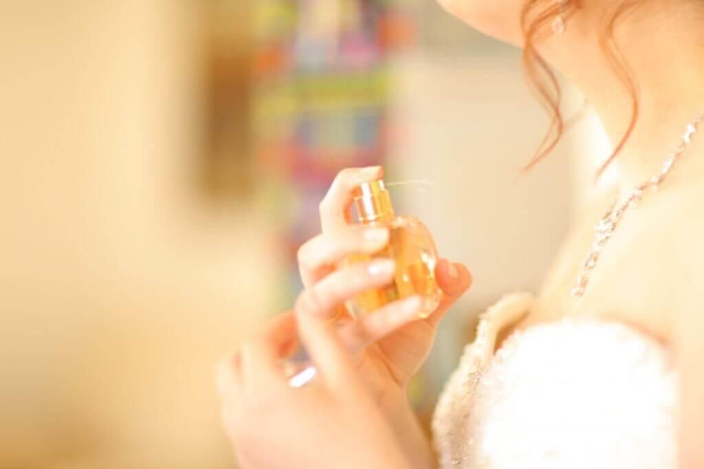 Mulher passando perfume