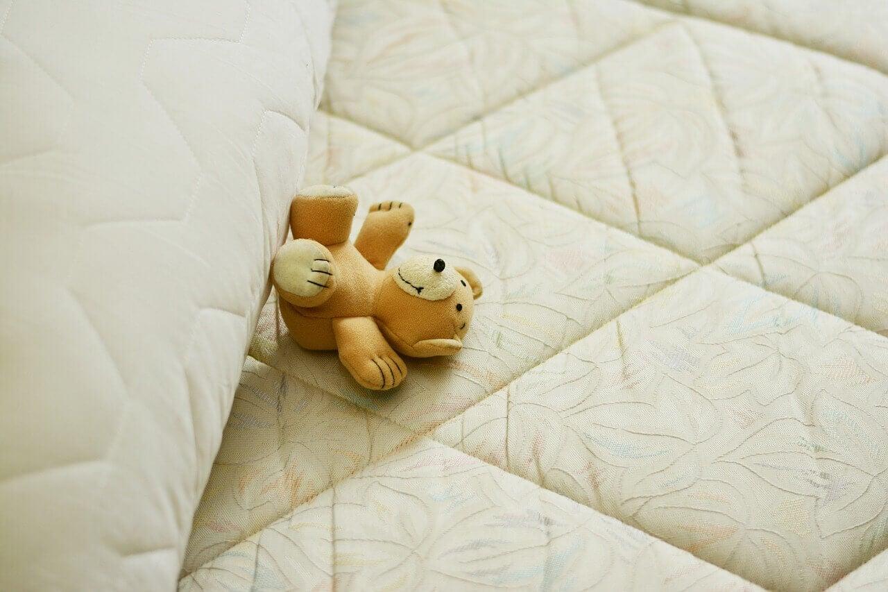 Ursinho de pelúcia em colchão
