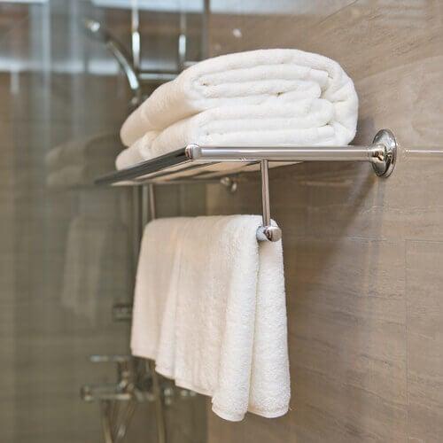 Toalhas organizadas no banheiro