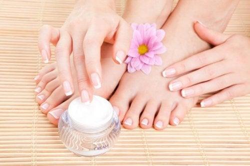Use hidratante para impedir que os sapatos façam calos nos pés
