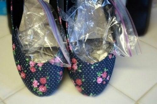 Sacos com gelo para impedir que os sapatos façam calos ns pés