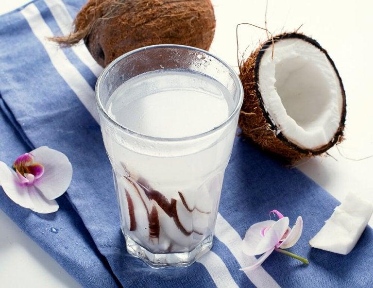 8 grandes benefícios da água de coco