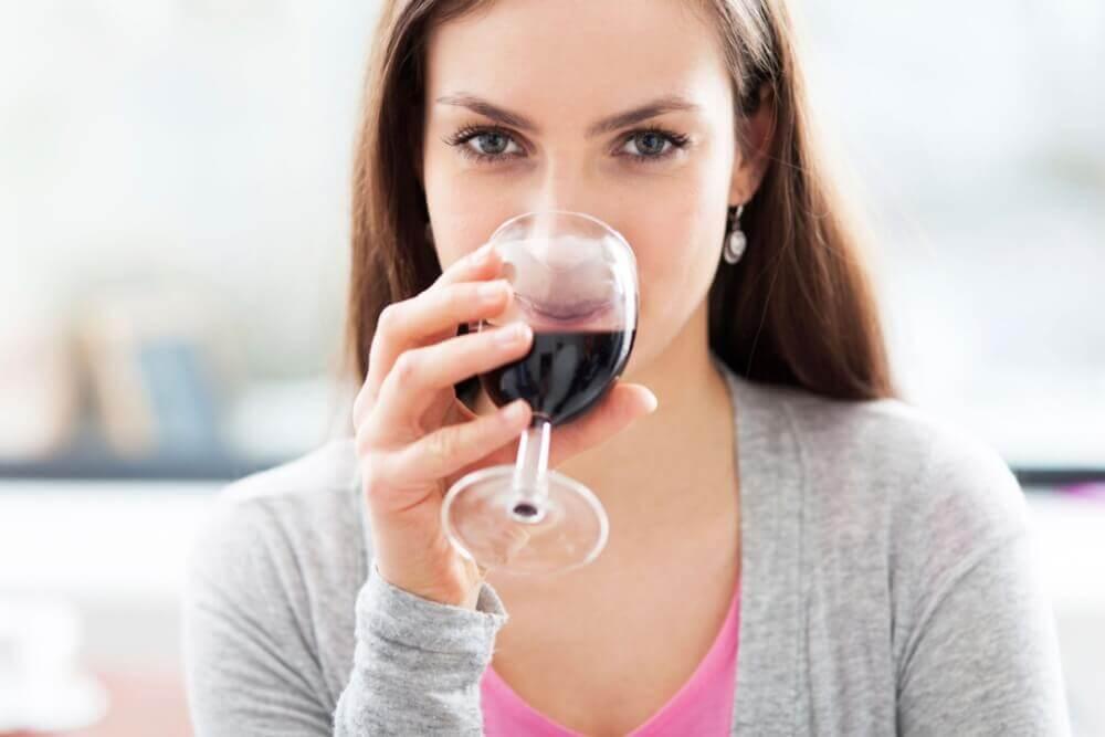 Mulher tomando vinho tinto