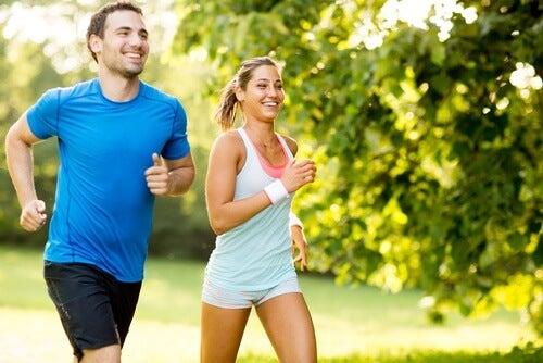 Casal fazendo atividade física