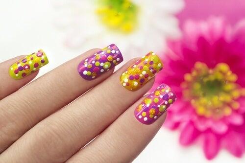 Decorar suas unhas com cores atrai a atenção