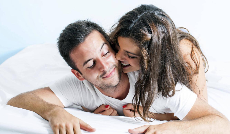 Mulher e homem se divertindo na cama
