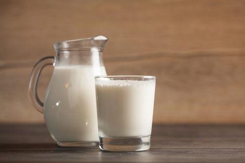 Copo e jarra de leite