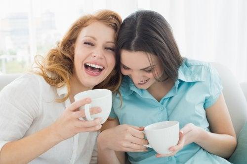 Amigas tomando uma xícara de chá