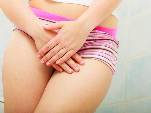 Mulher cobrindo região genital