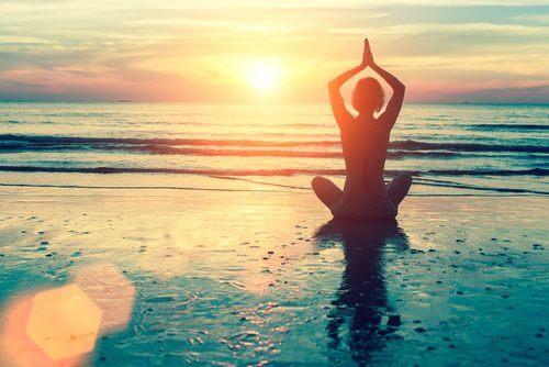 Mulher praticando Tao para alcançar a paz interior